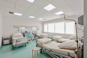 Czteroosobowa sala pacjentów z dużymi łóżkami w SCM Clinic w Krakowie