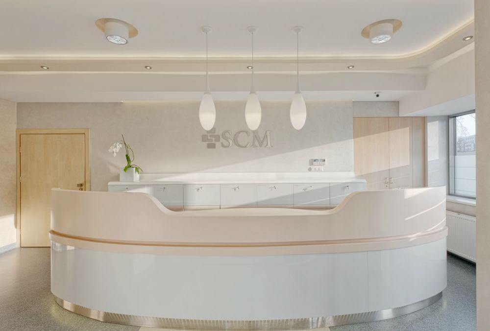 Recepcja i punkt obsługi pacjenta w prywatnej klinice SCM w Krakowie