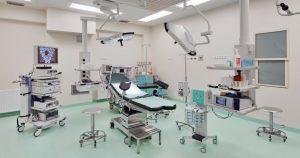 Specjalistyczny fotel medyczny w sali zabiegowej SCM Clinic w Krakowie