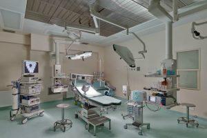 Sala zabiegowa z pełnym wyposażeniem w SCM Clinic w Krakowie