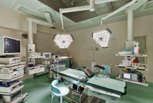Sala zabiegowa SCM Clinic w Krakowie z pełnym profesjonalnym osprzętowaniem