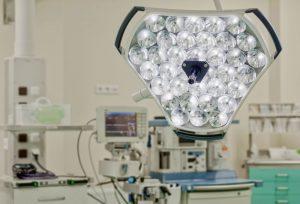 Profesjonalna lampa używana podczas zabiegów w SCM Clinic