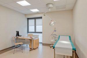 Gabinet lekarski z wygodnym łóżkiem dla pacjenta w SCM Clinic