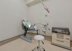 Fotel ginekologiczny w gabinecie lekarskim SCM Clinic w Krakowie