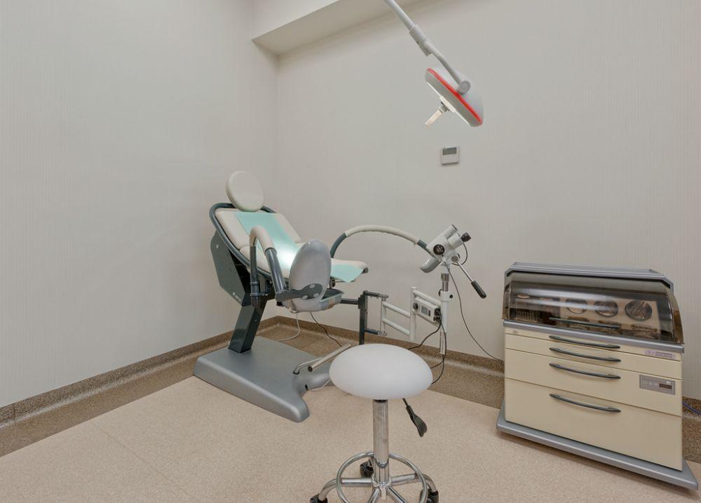fotel ginekologiczny w gabinecie lekarskim