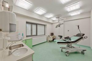 Sala zabiegowa ze specjalistyczym fotelem medycznym w klinice SCM w Krakowie