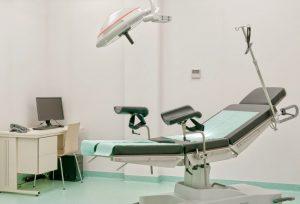 Specjalistyczny fotel medyczny wraz z lampą używaną podczas zabiegów w klinice SCM w Krakowie