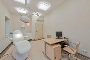 Gabinet lekarski z wygodnym fotelem i profesjonalną lampą w SCM Clinic w Krakowie
