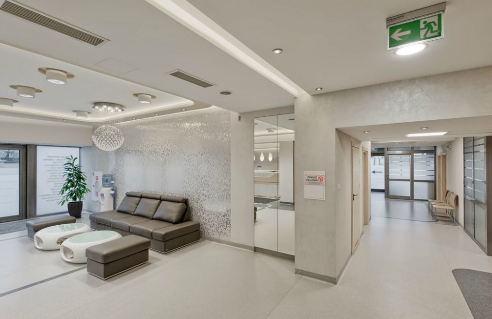 Przestronna poczekalnia z wygodną sofą w klinice SCM w Krakowie