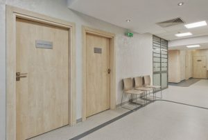 Drzwi do gabinetu zabiegowego w klinice SCM w Krakowie