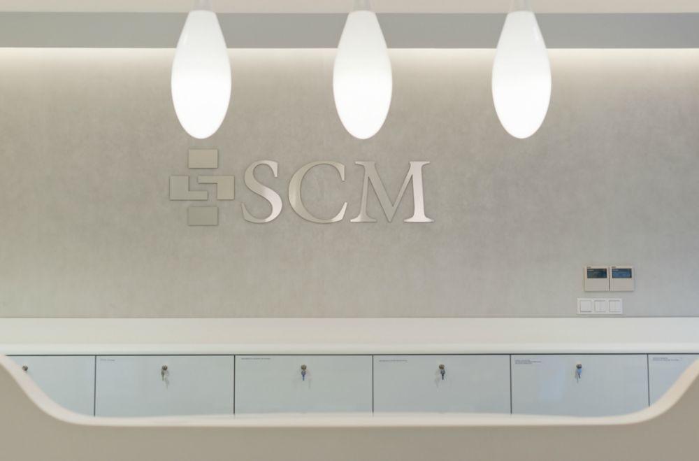 Logo SCM Clinic nad punktem rejestracji