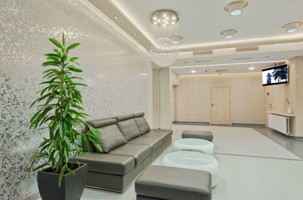 Sofa i stoliki w poczekalni dla pacjentów kliniki SCM w Krakowie