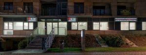 Widok z zewnątrz budynku na drzwi wejściowe do prywatnej kliniki SCM w Krakowie