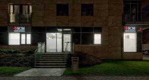 Wejście do SCM Clinic w Krakowie, widok z zewnątrz budynku